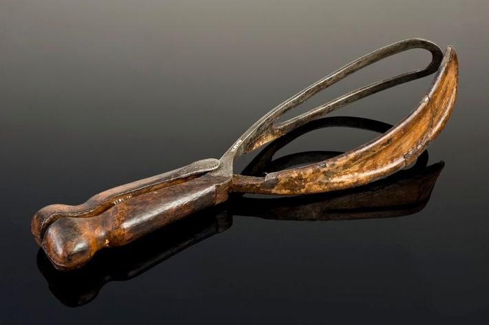 Smellie-type_obstetrical_forceps,_United_Kingdom,_1740-1760_Wellcome_L0058093