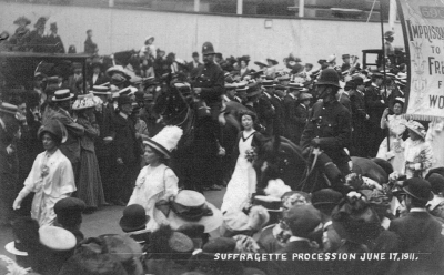 Suffragette_procession_1911