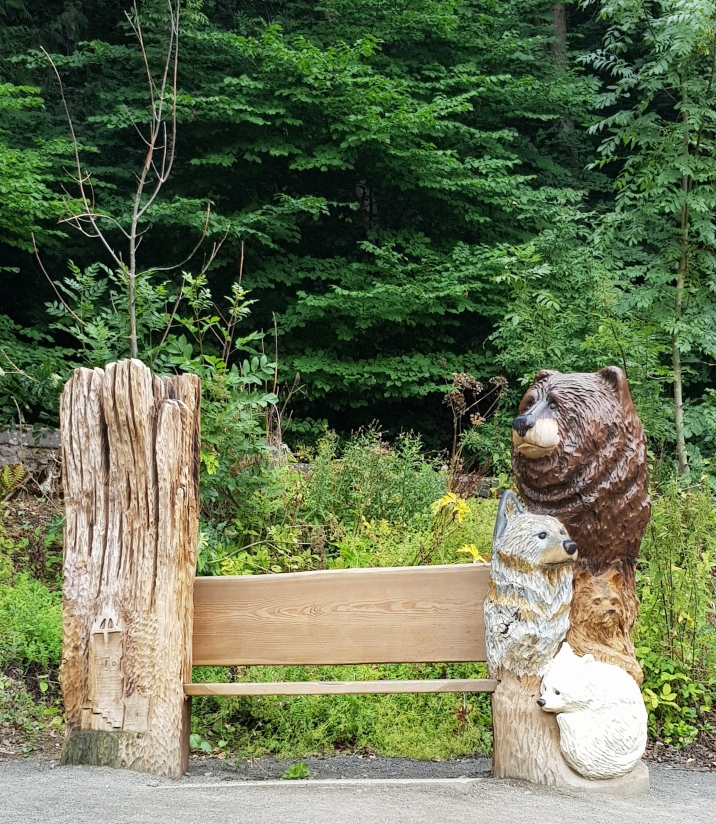 Wood carving depicting the Ice Age by Iain Chalmers on the Wallace Way, Abbey Craig