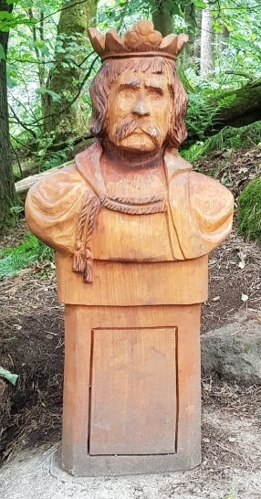 Wood carving commemorating Scotland heroes by Iain Chalmers on the Wallace Way, Abbey Craig