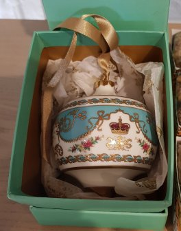 Royal Palace luxury ceramic bauble (£45.00)
