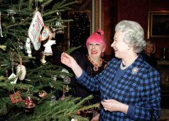Queen Elizabeth II with fashion designer Zandra Rhodes in 1998