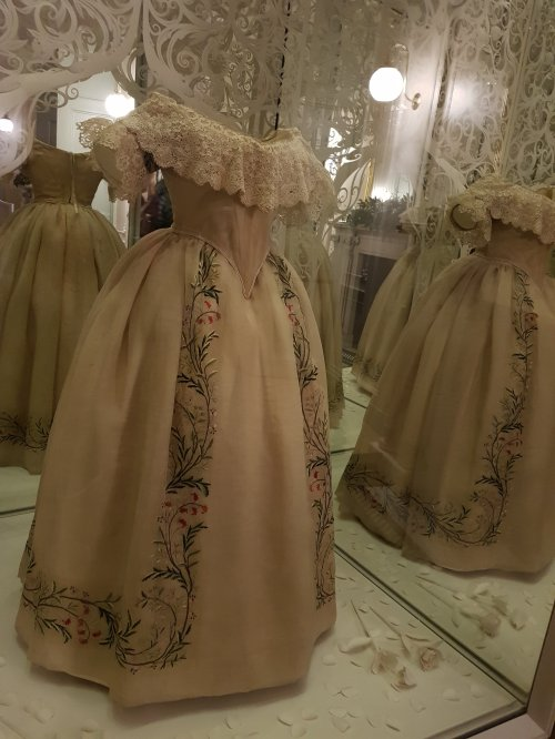 A young Queen Victoria's gown